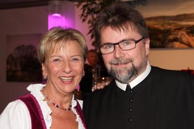 Prior Pater Michael Hüttl mit Anni Rehatschek. Foto: Martin Kalchhauser